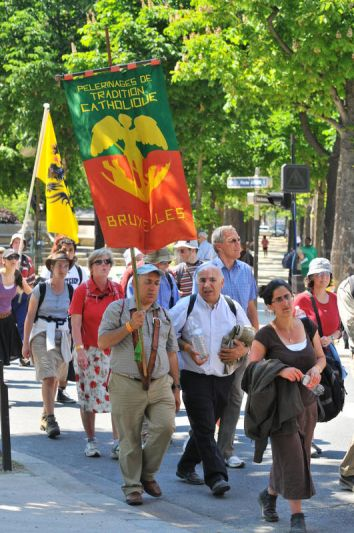 1274717919-traditional-catholic-pilgrimage-reaches-paris-at-pentecost_338050