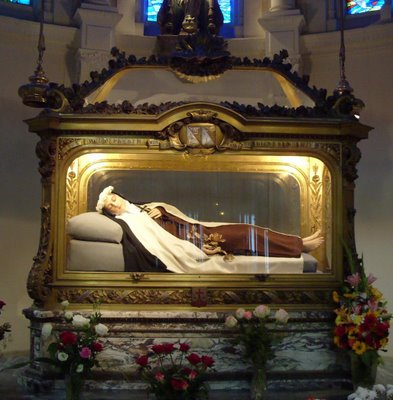 Image of St Therese above relics (2)